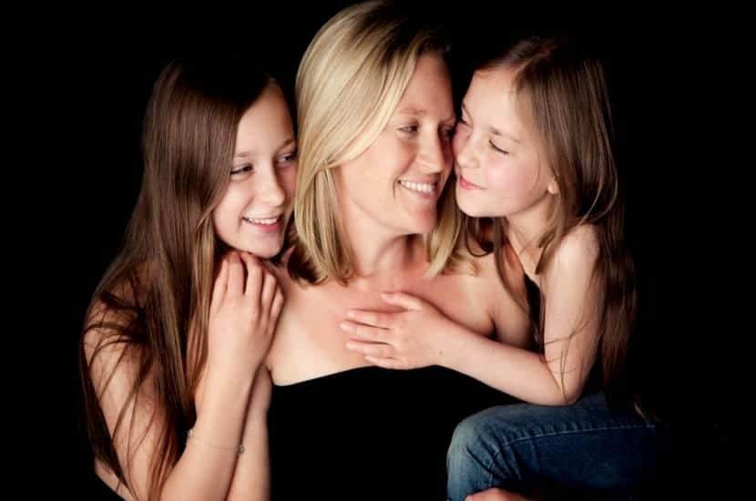 madre-con-sus-dos-hijas-maternidad