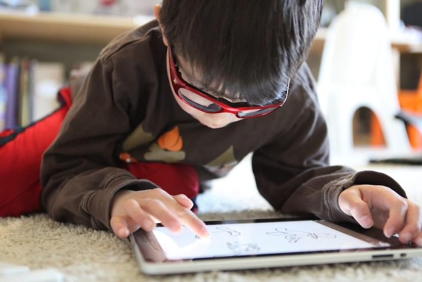 Niño jugando con tablet
