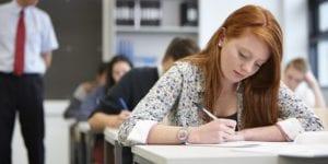 adolescentes estudiando
