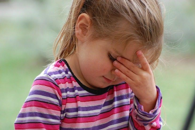 Encerrar a un niño en una habitación es negligencia, y por eso es maltrato