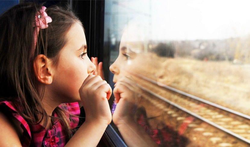 nena viajando sola