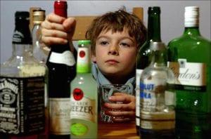 Dar a probar alcohol a los niños: una práctica arriesgada e innecesaria