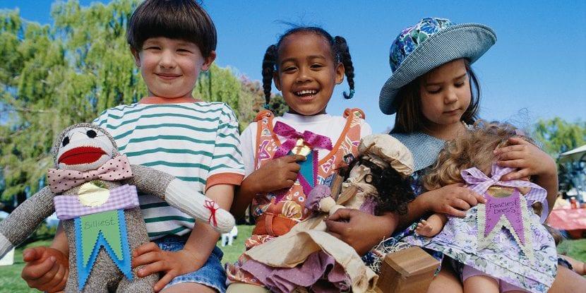 Niños que juegan con muñecas