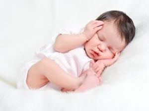 bebé que le cuesta dormir