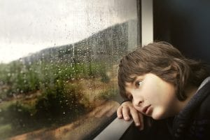 niño triste por acoso escolar