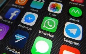 ¿Es conveniente que los peques tengan móvil propio y usen WhatsApp?