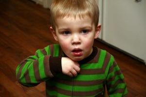 ¿Tu hijo tose? Pues que sepas que es mejor no darle antitusivos o anticatarrales