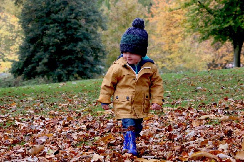 Niño con chaqueta