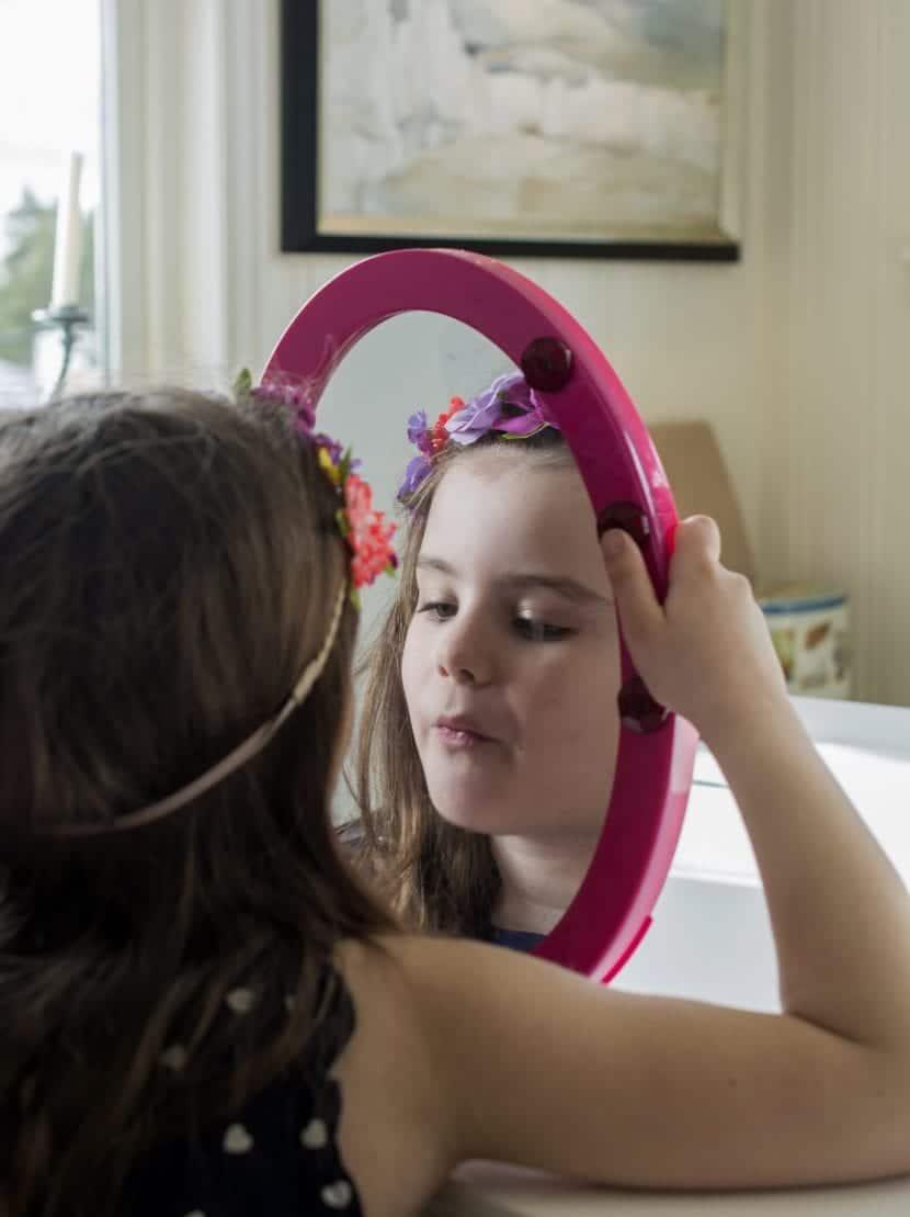 Niña frente al espejo