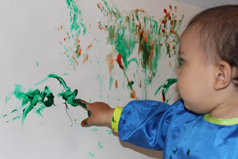 bebé pintando