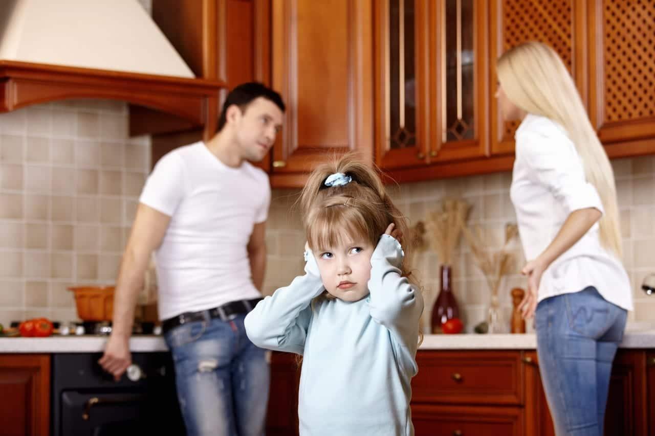 Niña presencia discusión de sus padres
