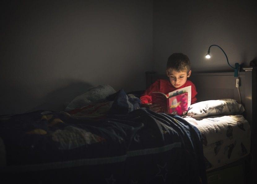niño leyendo en su cuarto