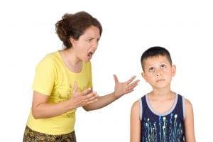 Madre gritando a su hijo