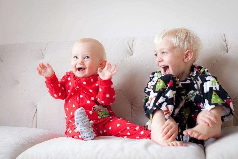 hermanos jugando en la cama