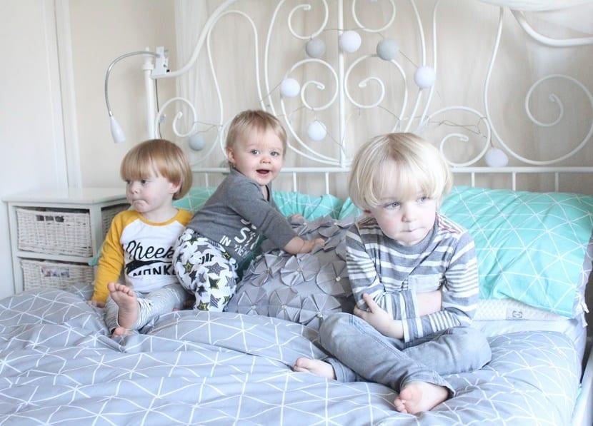 tres hermanos en la cama