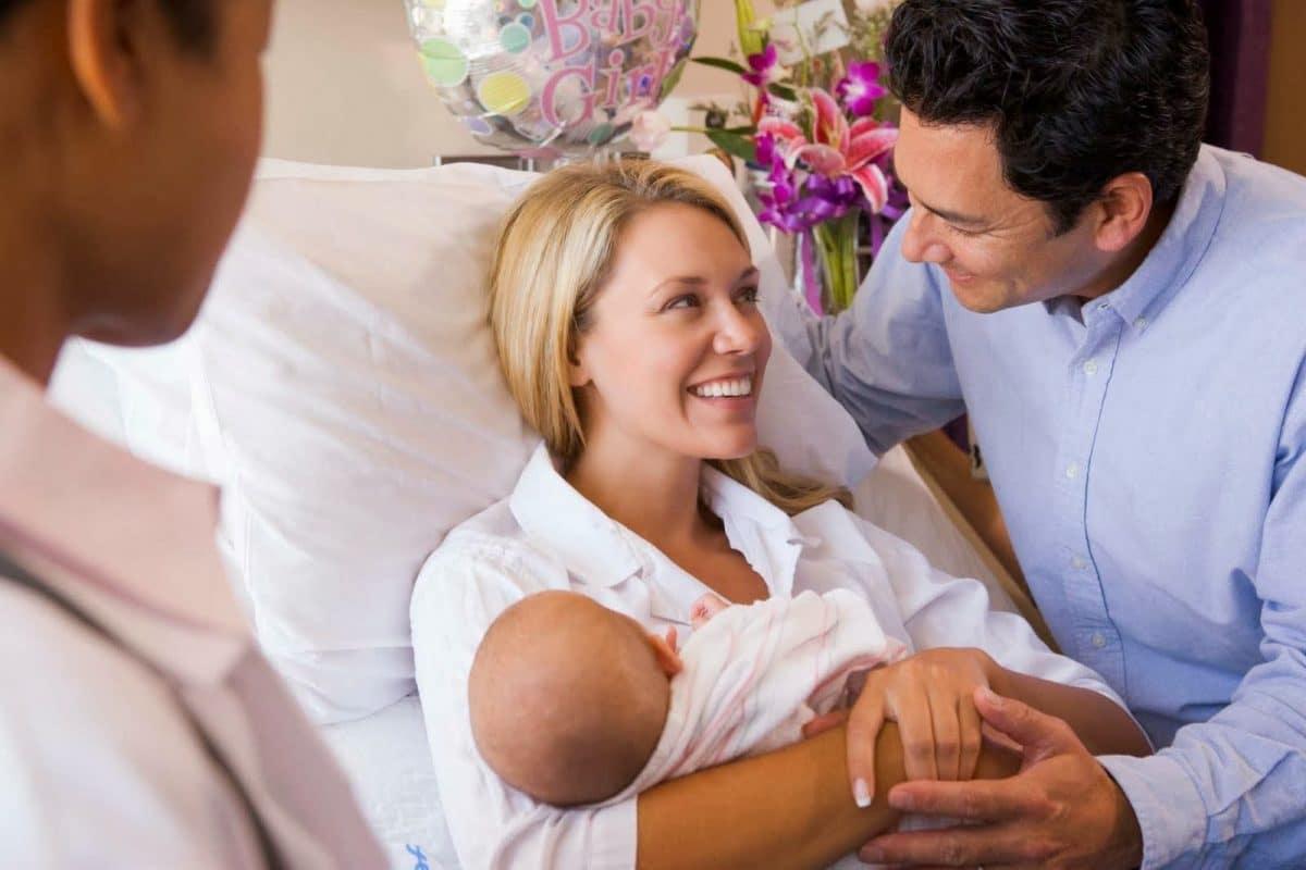 Padres visita hospital recién nacido