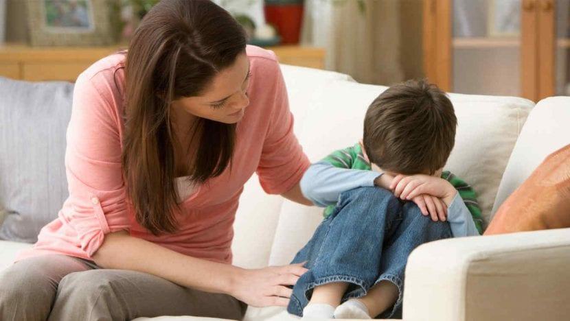 madre consuela a su hijo