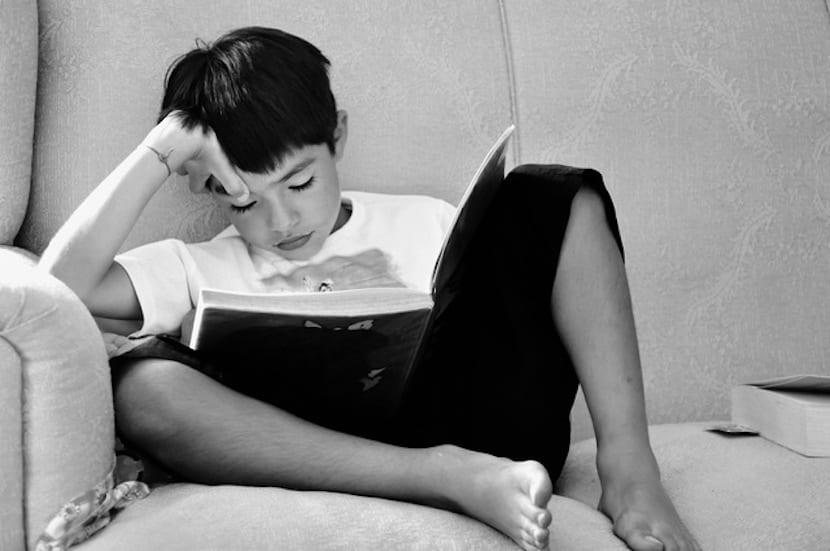 Niño leyendo en el sillón