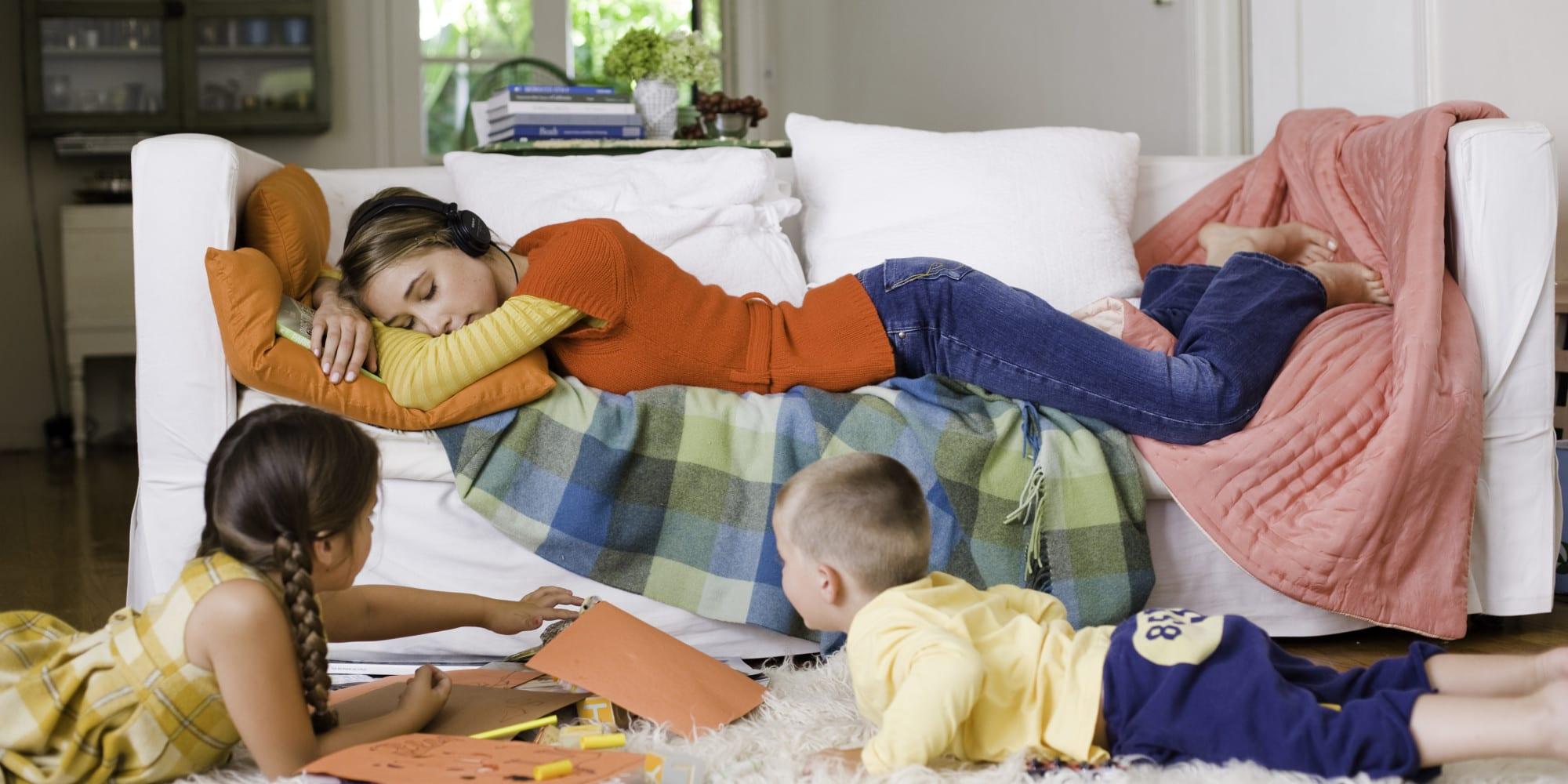 madre y sus dos hijos descansando