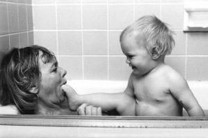 mamá y bebé bañera