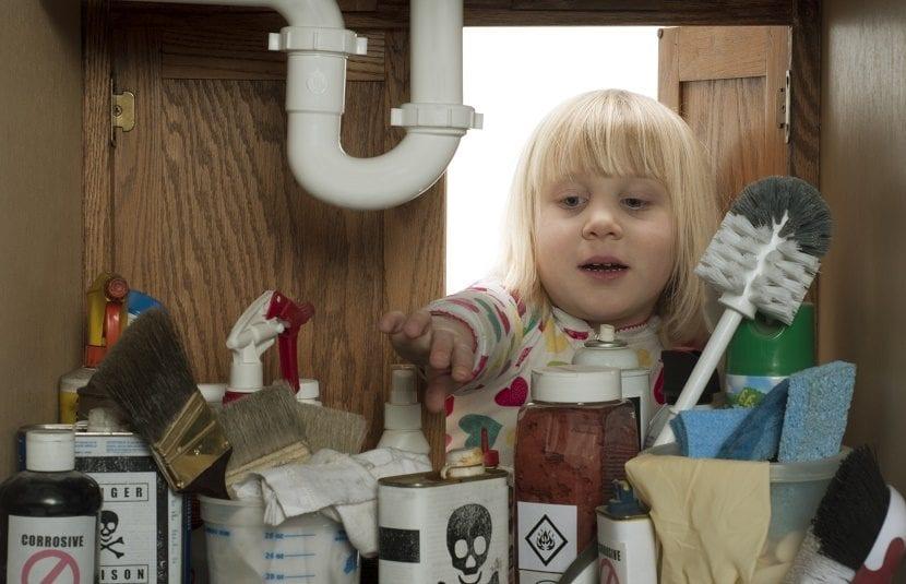 niña productos de limpieza