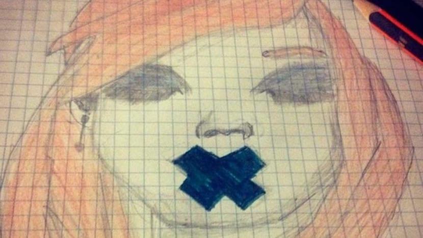 Dibujo de niña con la boca tapada