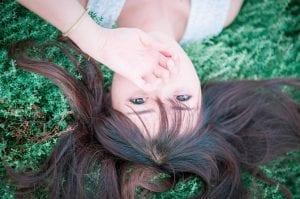 Niña tumbada en la hierba