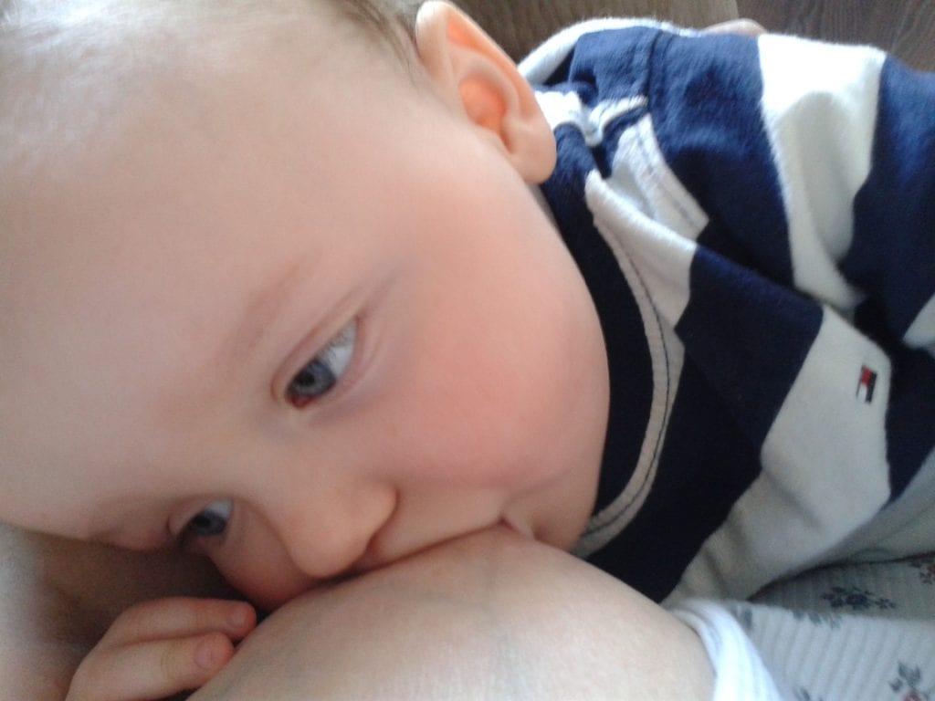 Bebé de 2 años mamando