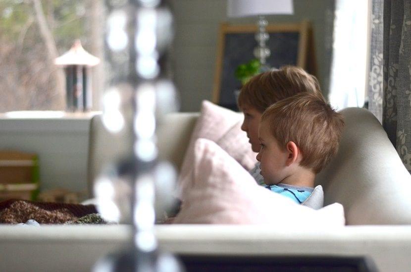 nenes viendo la televisión