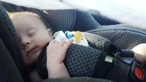 Bebé durmiendo en silla de seguridad