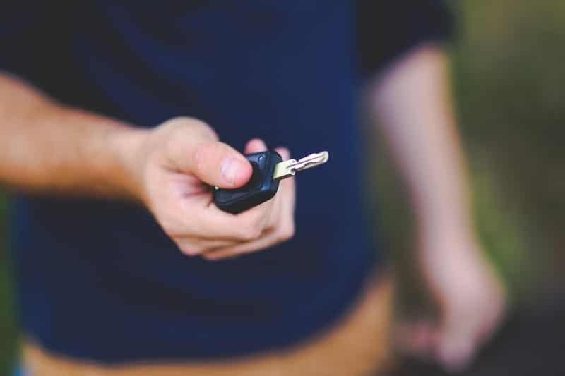 Hombre abriendo el coche con la llave