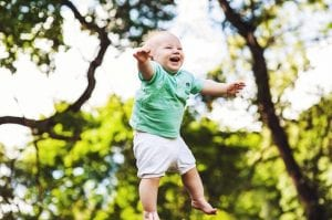 Bebé feliz que salta