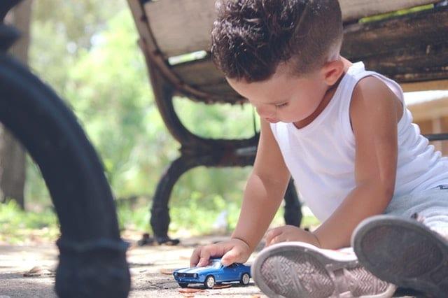Un niño jugando con cochecitos en la terraza