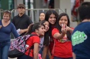 Adolescentes haciéndose selfie