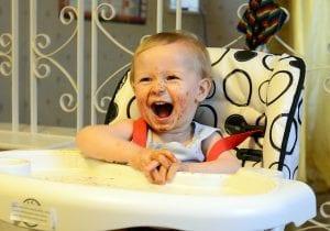 Bebé sonriente comiendo