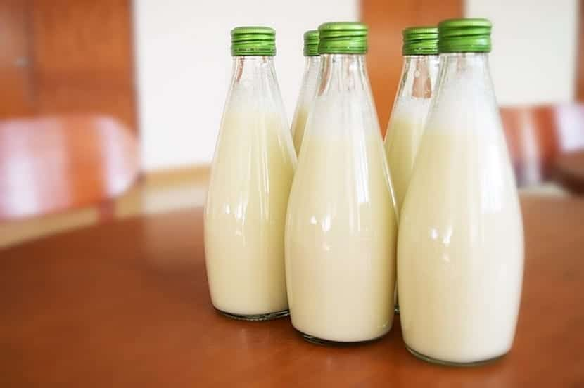 Botellas de leche sobre la mesa