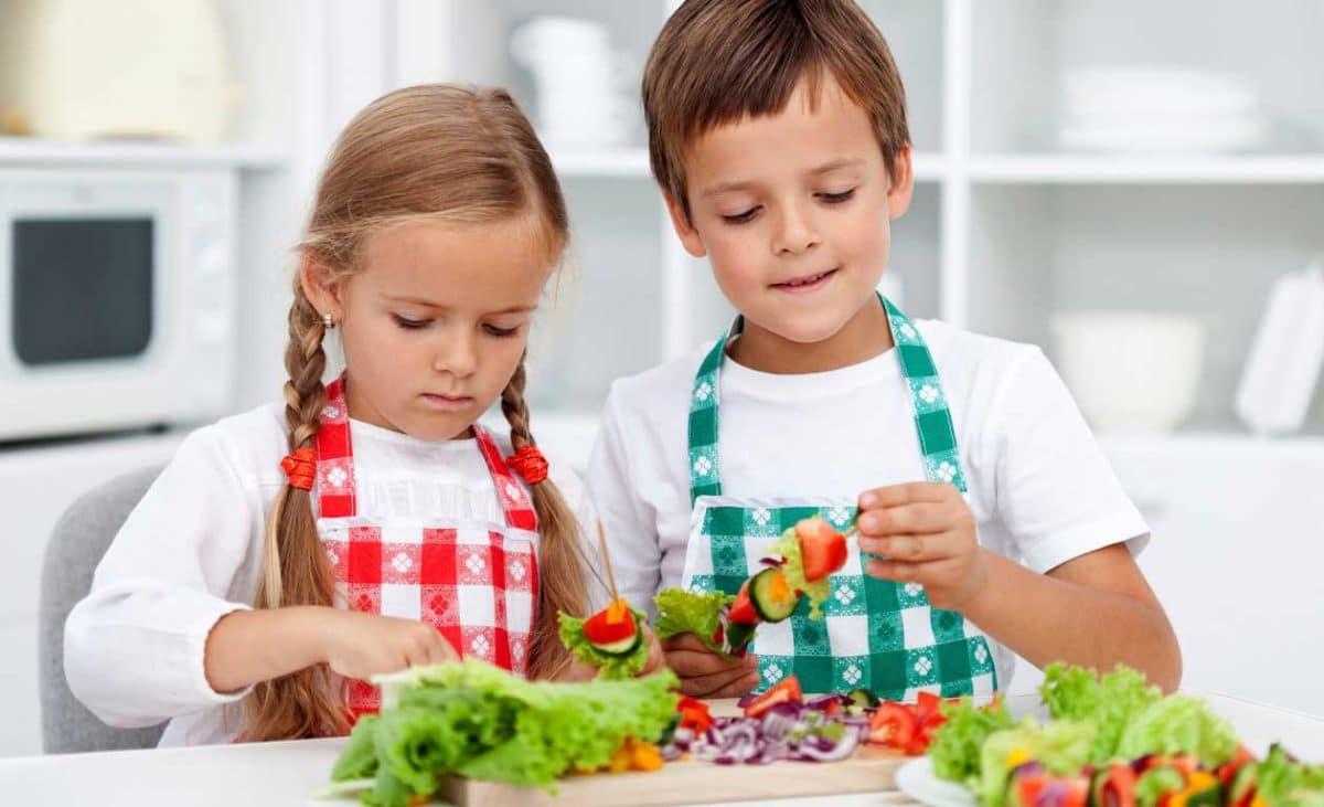 ayudar a comer fruta a los pequeños