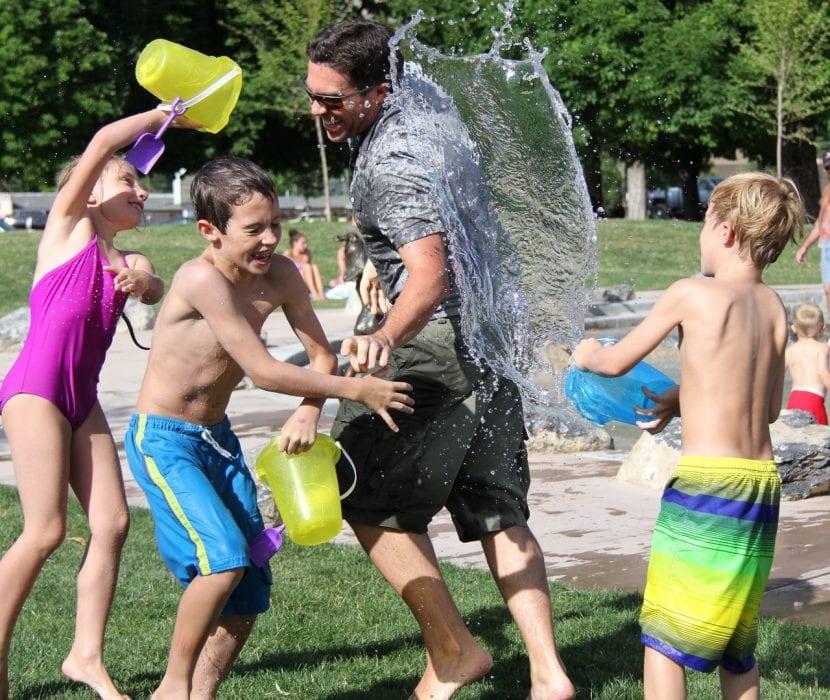 Juegos de agua en familia