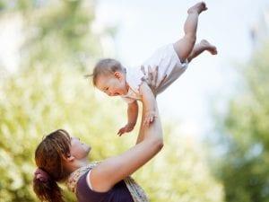 bebé y mamá jugando