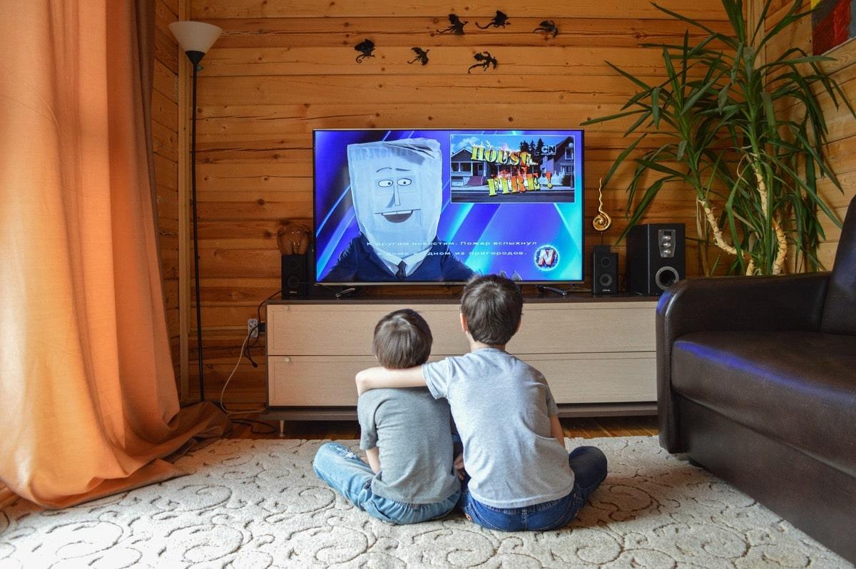 nenes viendo los medios de comunicación