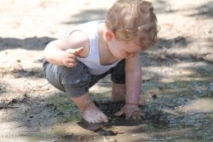 Bebé jugando con barro