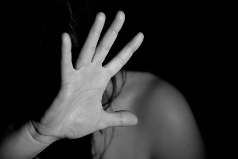 Persona tapándose la cara con la mano