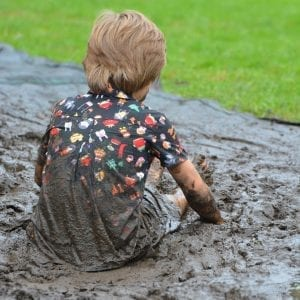 Niño jugando con barro
