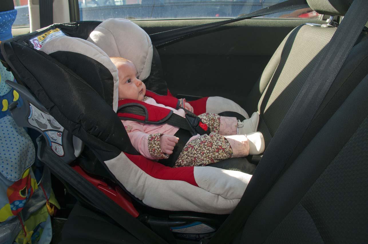 bebé en silla a contra marcha