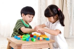 nenes compartiendo mientras juegan