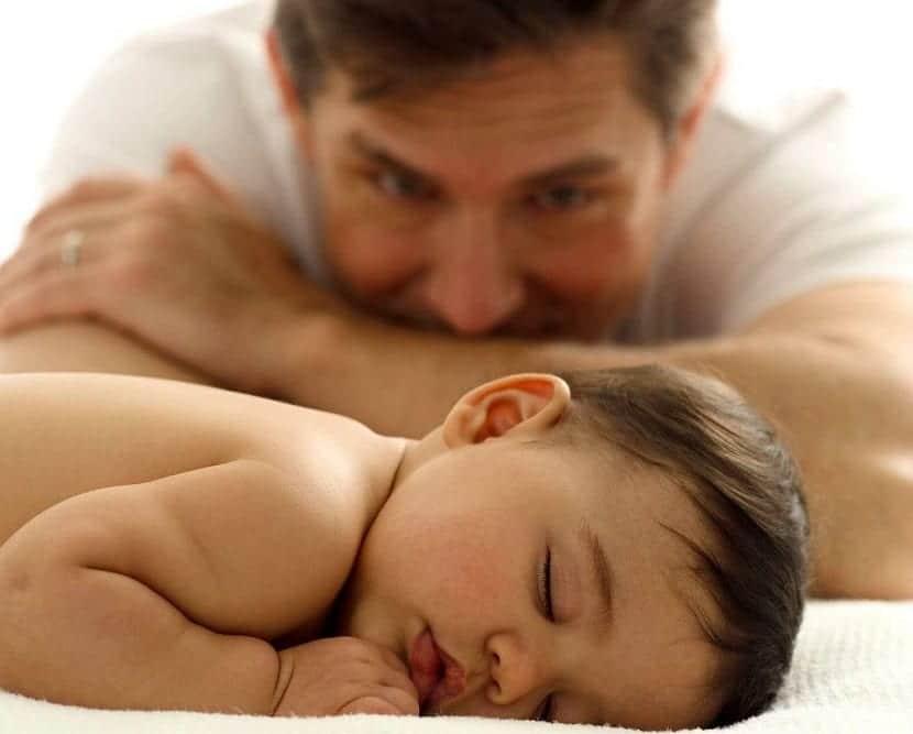 padre con bebé recién nacido