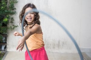 niña feliz jugando