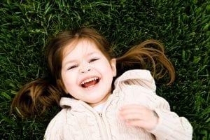 nena feliz en el césped
