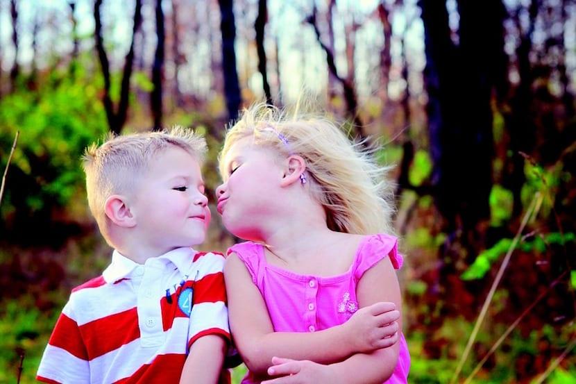 Niños dándose un beso