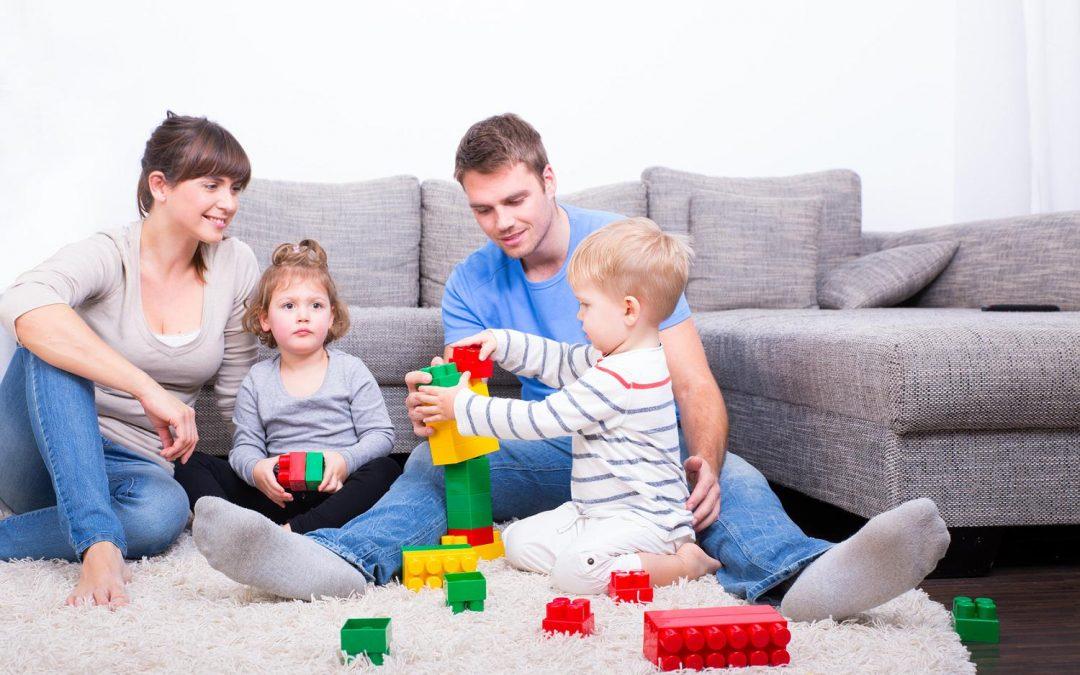 Jugar por las tardes en familia en casa